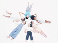手をつなぎ寝転がる6人の子供たち