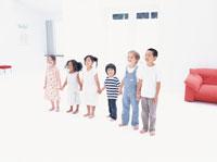 手をつなぎ並ぶ6人の子供たち