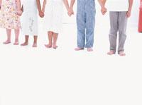 手をつなぎ並ぶ6人の子供たちの足元
