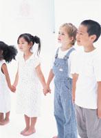 手をつなぎ並ぶ子供たち