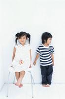 イスに座る女の子と男の子 日本人