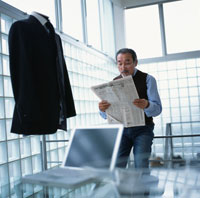オフィスで新聞を読む中高年のビジネスマン 日本人 02299001763  写真素材・ストックフォト・画像・イラスト素材 アマナイメージズ