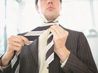 ネクタイをしめる外国人ビジネスマン