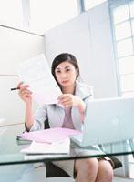 書類を読む日本人ビジネスウーマン