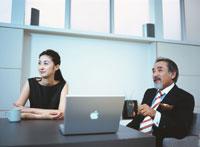 ビジネスウーマンと中高年ビジネスマン 日本人 02299001817  写真素材・ストックフォト・画像・イラスト素材 アマナイメージズ