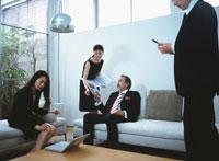 オフィスの4人の日本人ビジネスマン&ウーマン