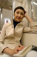 電車内の日本人ビジネスウーマン