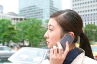 携帯をかける日本人ビジネスウーマン横顔