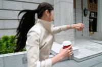 腕時計を見る日本人ビジネスウーマン