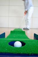 穴に入るパターゴルフのボール