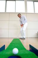 パターゴルフをする日本人男性