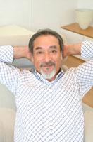 頭の後ろで手を組む中高年の日本人男性