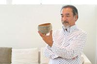 器を見る中高年の日本人男性