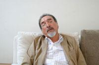 ソファーで寝る中高年の日本人男性