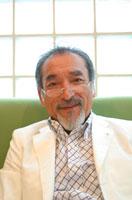 微笑む日本人の中高年男性