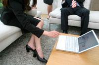ノートパソコンに触れるビジネスウーマンの手 02299001913| 写真素材・ストックフォト・画像・イラスト素材|アマナイメージズ