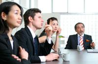 会議をする4人のビジネスマン&ウーマン