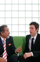 話し合う2人のビジネスマン 02299001919| 写真素材・ストックフォト・画像・イラスト素材|アマナイメージズ