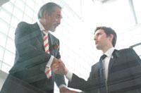 握手をするビジネスマン 02299001921| 写真素材・ストックフォト・画像・イラスト素材|アマナイメージズ