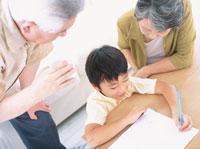勉強する男の子と老夫婦 日本人 02299001945| 写真素材・ストックフォト・画像・イラスト素材|アマナイメージズ