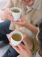お茶を飲む日本人老夫婦の手元