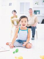 床に座って遊ぶ女の子とテーブルに座る老夫婦 日本人 02299001967| 写真素材・ストックフォト・画像・イラスト素材|アマナイメージズ