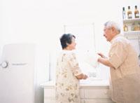 お皿をふく日本人老夫婦