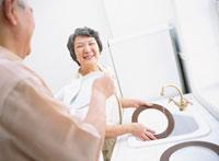 お皿を拭く日本人老夫婦