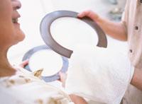 お皿を拭く日本人老夫婦の手元 02299002004  写真素材・ストックフォト・画像・イラスト素材 アマナイメージズ