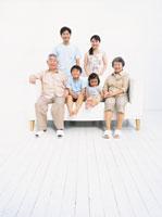 ソファーに座る6人家族 日本人 02299002014| 写真素材・ストックフォト・画像・イラスト素材|アマナイメージズ