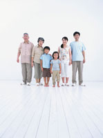 並ぶ6人家族 日本人 02299002017| 写真素材・ストックフォト・画像・イラスト素材|アマナイメージズ