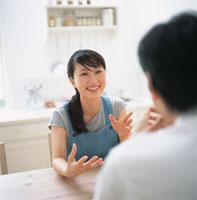机で向き合う日本人カップル