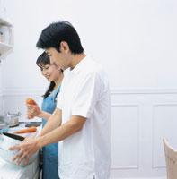 料理する日本人カップル 02299002031| 写真素材・ストックフォト・画像・イラスト素材|アマナイメージズ