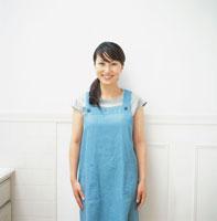 エプロン姿の日本人女性