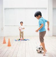 サッカーボールで遊ぶ男の子と女の子 日本人
