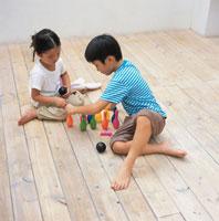 おもちゃのピンボールで遊ぶ男の子と女の子 日本人 02299002082| 写真素材・ストックフォト・画像・イラスト素材|アマナイメージズ