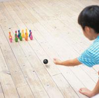 おもちゃのボーリングで遊ぶ日本人の男の子の後姿 02299002083| 写真素材・ストックフォト・画像・イラスト素材|アマナイメージズ