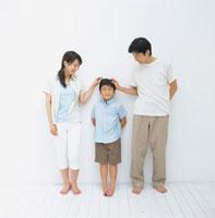 男の子の頭をなでるお父さんとお母さん 日本人