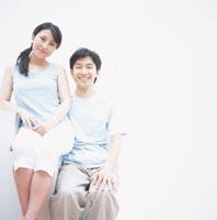 ソファーに座る日本人カップル