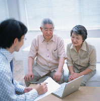 パソコン画面を見る老夫婦と書類を持つセールスマン 02299002143| 写真素材・ストックフォト・画像・イラスト素材|アマナイメージズ