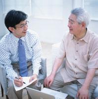 老人男性と書類を待つセールスマン