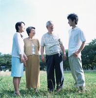 屋外に立つ4人家族 02299002148| 写真素材・ストックフォト・画像・イラスト素材|アマナイメージズ