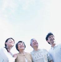 屋外の4人家族の上半身 02299002151  写真素材・ストックフォト・画像・イラスト素材 アマナイメージズ