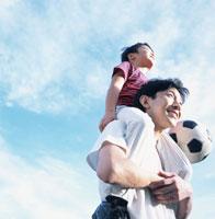 サッカーボールを抱えた男の子を肩車する父親 02299002162| 写真素材・ストックフォト・画像・イラスト素材|アマナイメージズ