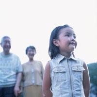 女の子と老夫婦 02299002173| 写真素材・ストックフォト・画像・イラスト素材|アマナイメージズ
