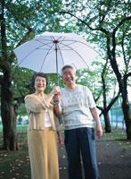 傘を差す老夫婦