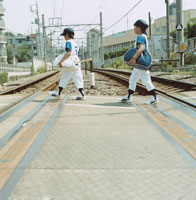 線路を渡る2人の野球少年 日本人