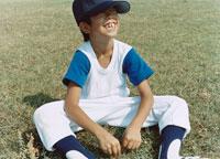 芝生であぐらをかいて笑う野球少年 日本人 02299002244| 写真素材・ストックフォト・画像・イラスト素材|アマナイメージズ