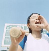 口に手を当て応援する野球少年 日本人