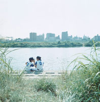 川岸に座る2人の野球少年 日本人 02299002252| 写真素材・ストックフォト・画像・イラスト素材|アマナイメージズ